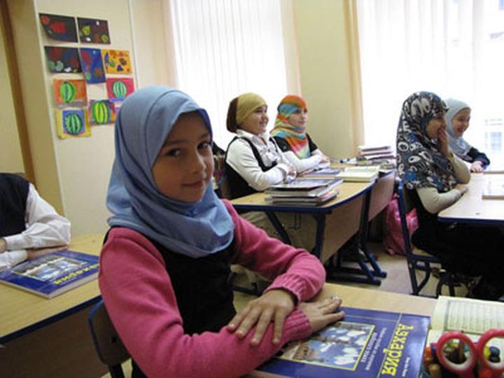 Власти Татарстана не будут запрещать школьницам ходить на занятия в платках