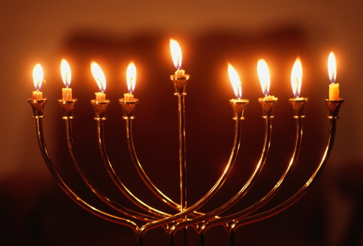 Евреи празднуют Хануку