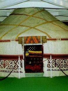 Жителей Алтайского края напоят кумысом и научат жить в казахских юртах