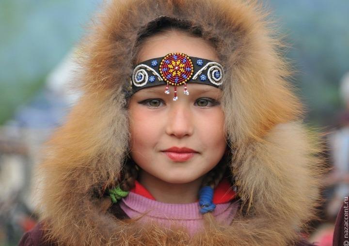Колымский косторез создает коллекцию об эвенских женщинах