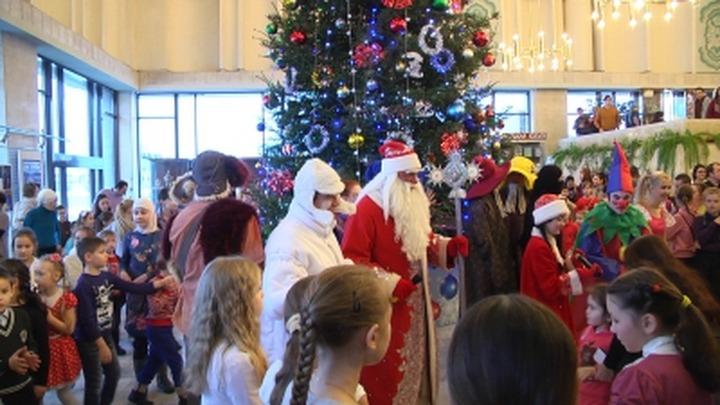 Деды Морозы в погонах познакомили казанских детей с татарским фольклором
