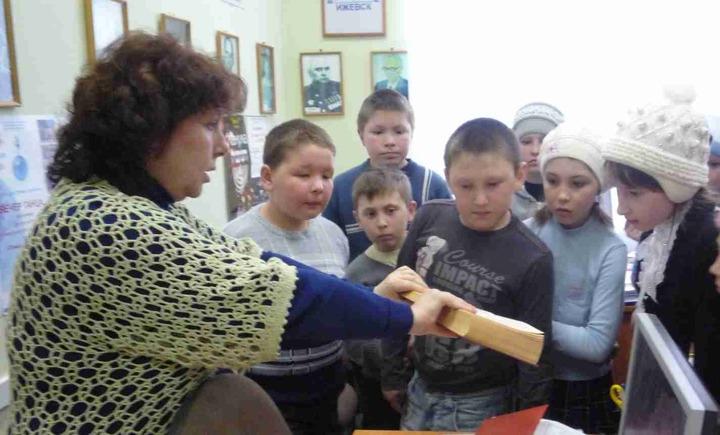 На уроке религиоведения школьников накормили постными еврейскими лепёшками