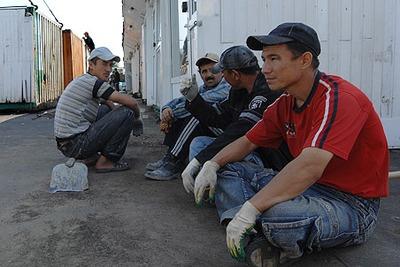 Медведев предложил закон, упрощающий процедуру получения штрафов с мигрантов