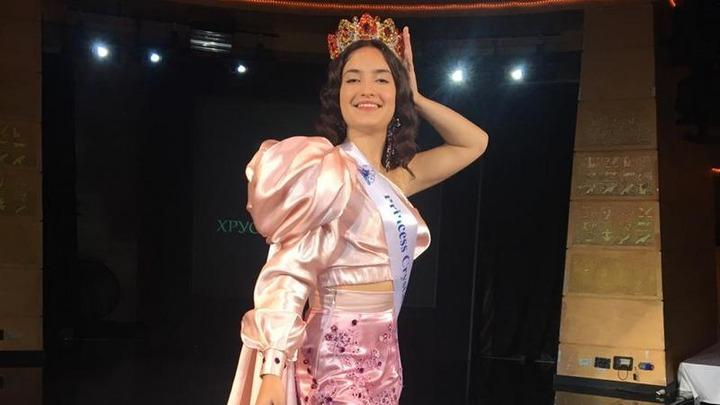 """Школьница в хантыйском национальном костюме стала """"Принцессой мира 2020"""""""
