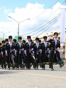 В параде Победы в Карачаево-Черкесии прошлись джигиты в национальных костюмах