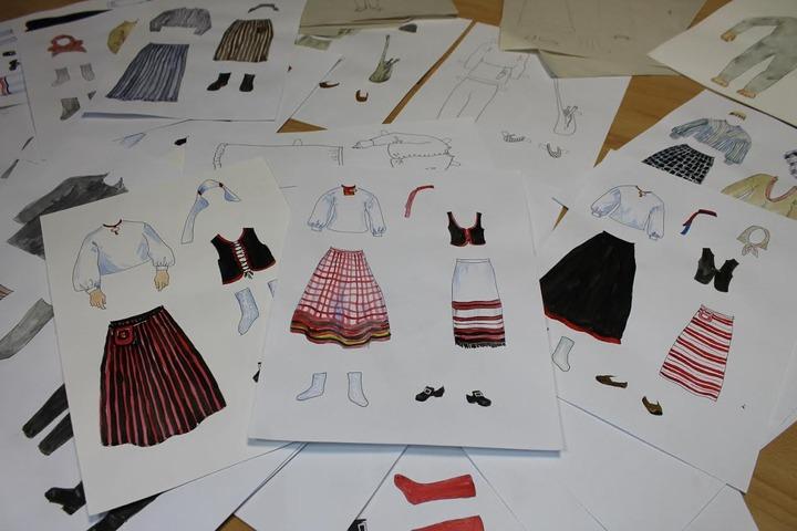 Бумажных кукол с национальными чертами и костюмами подарят школам Карелии