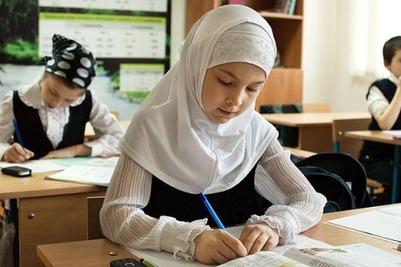В школах запретят носить хиджабы и крестики