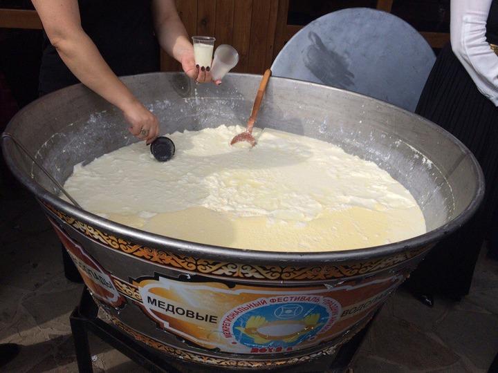 На празднике айрана в КЧР раздали 500 литров этого напитка