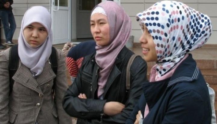Уроженцы Северного Кавказа провели пикеты против запрета хиджабов в медуниверситете