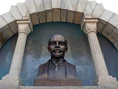 В Челябинске вандалы изрисовали бюст Ленина свастикой