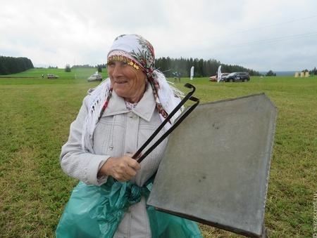 В Чебоксарах бабушка на карантине поет на балконе чувашские песни
