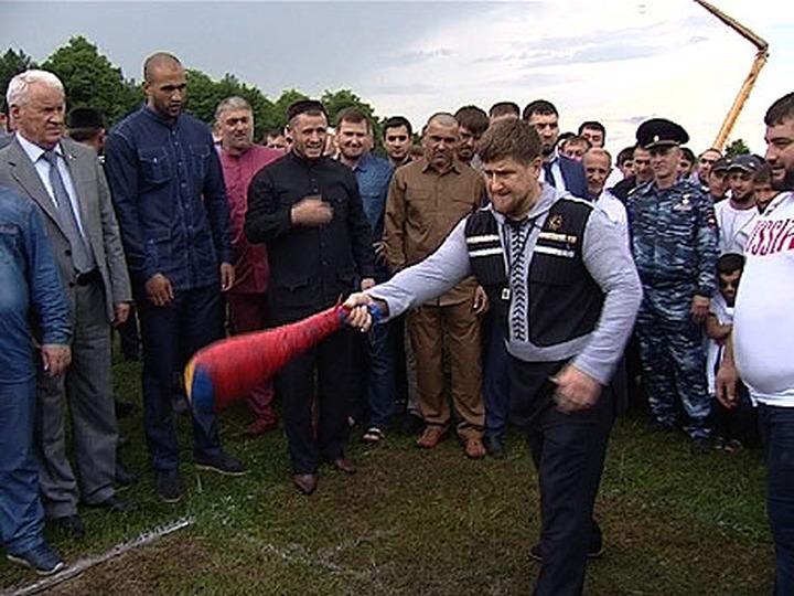 Кадыров метнул баранью ногу на 10 метров