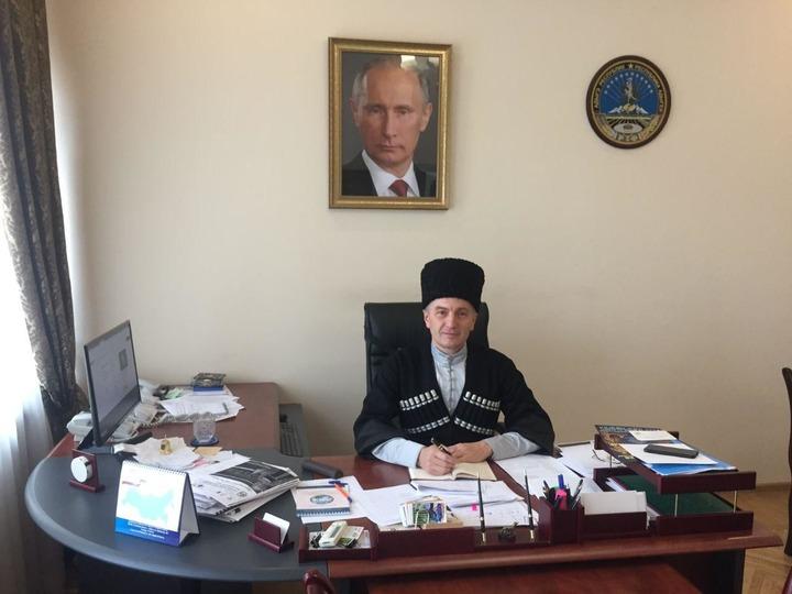 Адыгейские министры вышли на работу в национальных костюмах