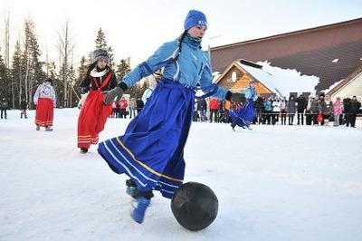 Гостей финно-угорского фестиваля развлекали футболом в юбках и бегом на лямпах