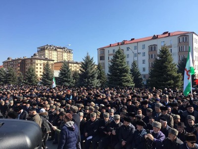 В Ингушетии проходит многотысячный митинг против закона о референдуме