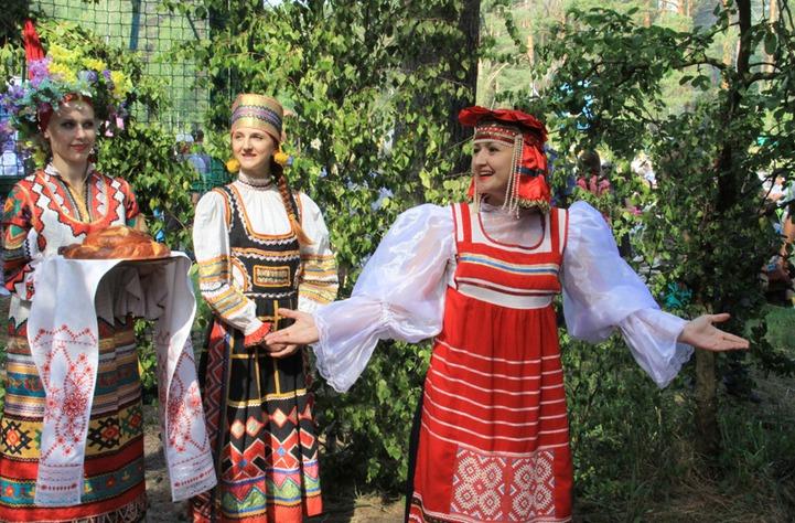 Старинные девичьи обряды показали в Орловском Полесье