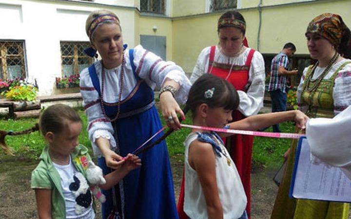 В Торжке девичью красу измерили линейкой