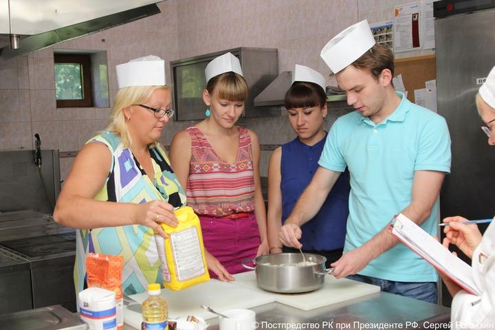 Московских студентов научили готовить коми-шанежки