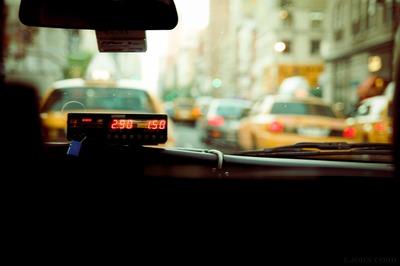 Опрос: отъезд мигрантов из-за пандемии привел к дефициту таксистов и курьеров