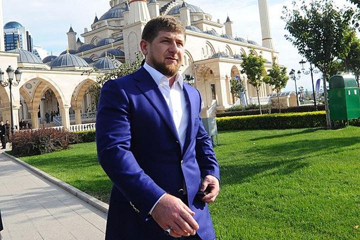 Кадыров: Поцелуи на улице выглядят более дико, чем лезгинка