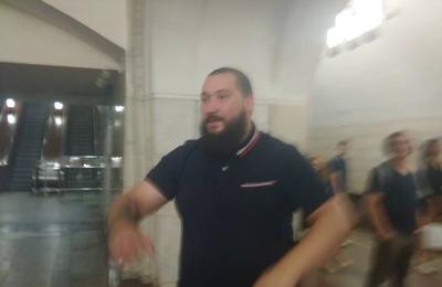 В московском метро нацист избил девушку, попросившую его быть потише