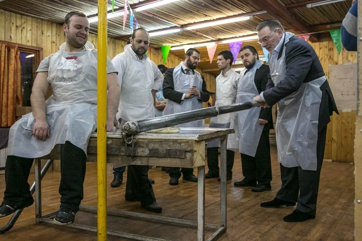 Знаменитые евреи отпразднуют Песах в московской мацепекарне