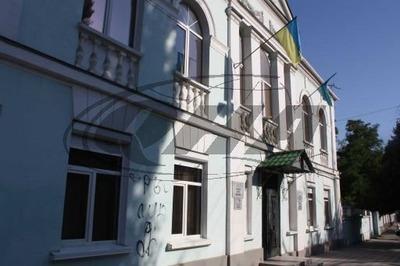 Офис Меджлиса крымско-татарского народа исписали нецензурными высказываниями