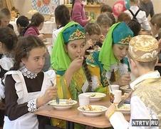 Школьников Нижнекамска накормили пловом и перемячами