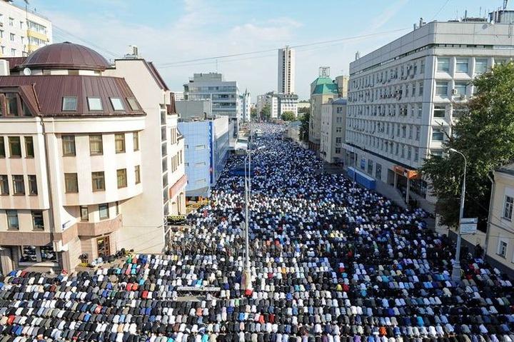 Людмила Алексеева: Надо строить мечети, а не открытые молельные площадки