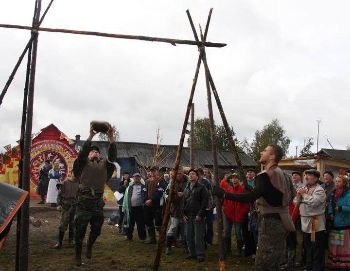 Охотники Коми сыграли в еремеевский волейбол камнем в 13 килограмм