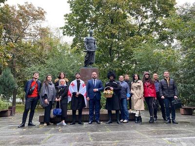 Представители грузинской общины возложили цветы к памятнику Руставели в Москве