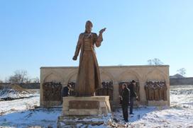 Абдулатипова попросили спасти памятник азербайджанскому поэту в Дербенте