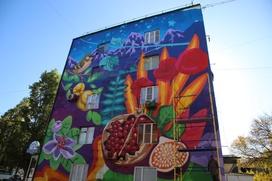 Стены домов Дербента расписали этническими граффити