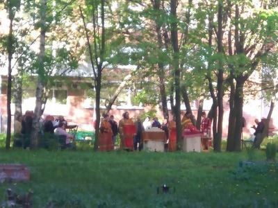 Во дворе петербургской больницы провели богослужение с нарушением масочного режима