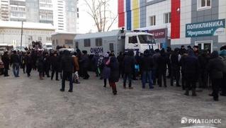 ОМОН приехал к миграционному центру в Томске из-за толпы мигрантов