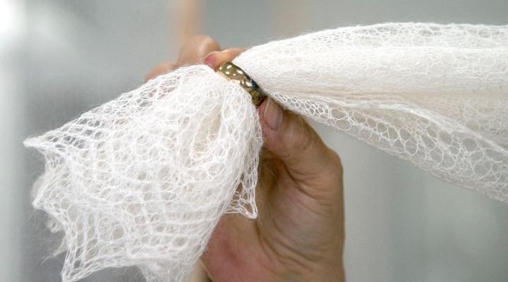В Дни пухового платка в Оренбурге новорождённым подарят ажурные покрывальца