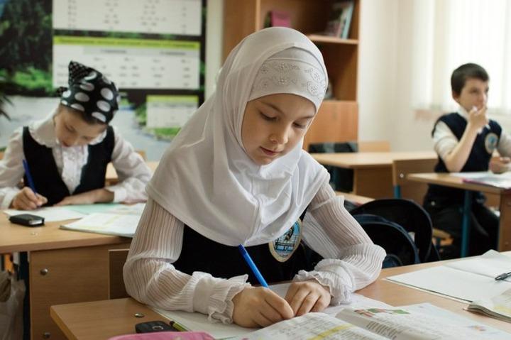 Чеченским школьникам законодательно разрешат носить хиджабы, крестики и кипы