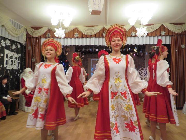 Дети в национальных костюмах празднуют Новый год