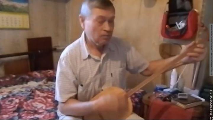 Мастер модернизировал алтайскую балалайку [ВИДЕО]