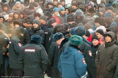 У томского миграционного центра снова произошла давка из-за квот для мигрантов