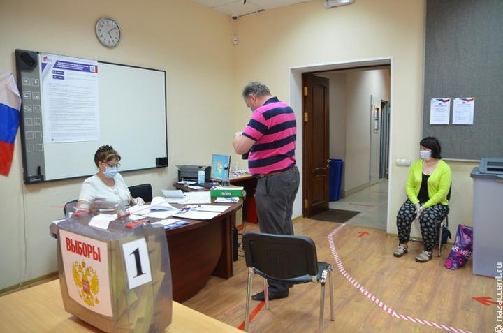 Крымская молодежь развернула 17-метровый российский триколор в честь выборов