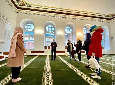За воротами мечети