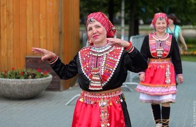 """Этнодефиле в традиционных марийских костюмах впервые прошло на """"Семыке"""" в Удмуртии"""
