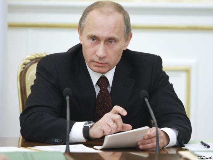Владимир Путин пообещал облегчить таджикским мигрантам режим пребывания в РФ