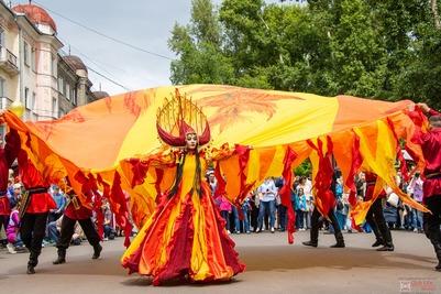 """Костюмированным шествием открылся эколого-этнический фестиваль """"Чир Чайаан"""" в Хакасии"""