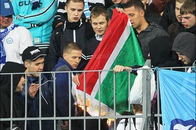 "Фанаты ""Зенита"" подожгли флаг Чечни во время матча с ""Тереком"""