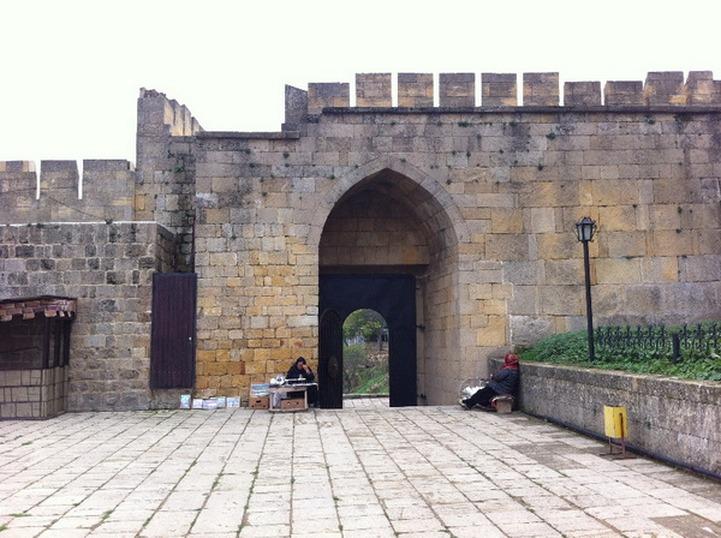 Разрушенную дождями стену крепости Нарын-Кала в Дербенте восстановит местный заповедник