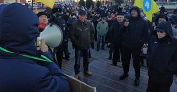 Жители Элисты вышли на митинг с требованием наказать спикера парламента Хакасии за слова о калмыках