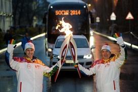 Олимпийский огонь на Алтае приветствовали обрядом поклонения и отвезли в священное место