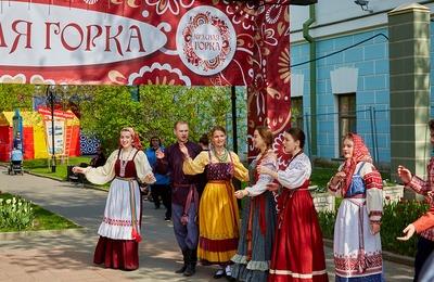 """Обряд окликания молодых пар провели на """"Красную горку"""" в Москве"""